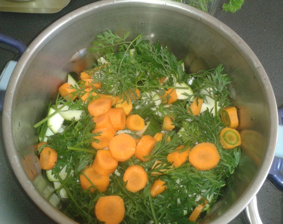 soupe froide courgettes, carottes et fanes de carottes! | karen